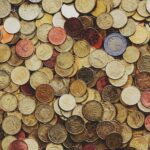 コインが散らばっているアイキャッチ