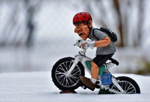 バイクに乗って雪に埋まっているフィギュア