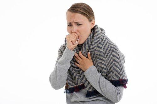 咳をしている外国人女性