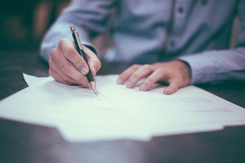 書類を書いている男性