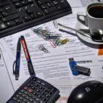 机の上に散乱した文房具アイキャッチ