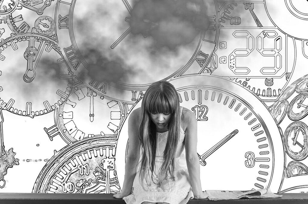 時計を背景とした悩んでいる女性