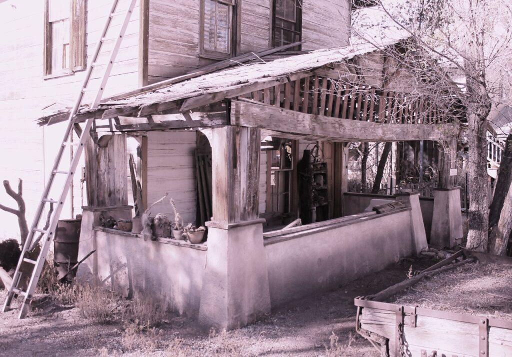 ボロボロの家の外観モノクロ