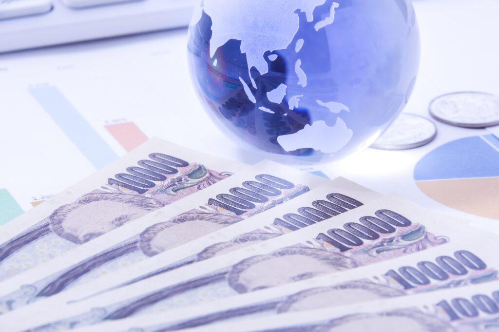 1万円札と地球儀