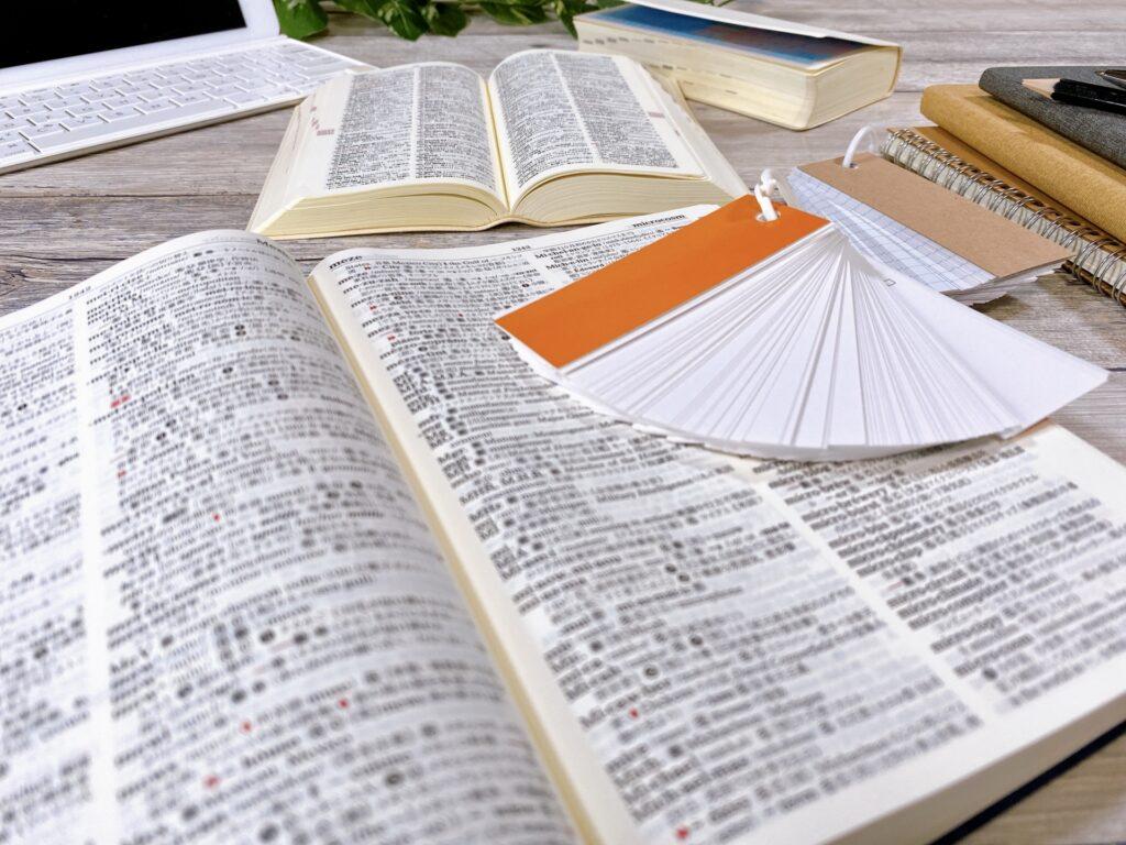 教科書と単語帳を開いている画像