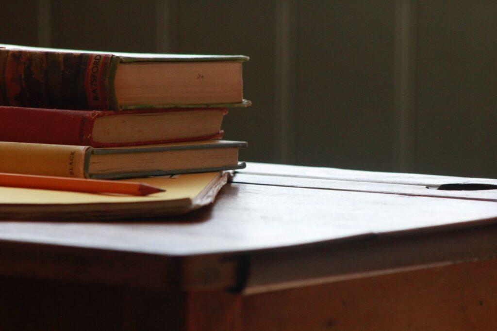 机の上に教科書が3冊積みあがっている